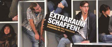 Fehlender Wohnraum - Eingepferchte Studierende in Fächern einer Schrankwand mit einem beschrifteten Schild: Extraraum schaffen! 7000 zusätzliche Studierende bis 2015.