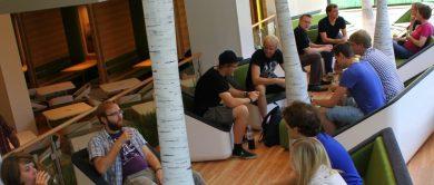 Auf dem Titelfoto der Leistungsbilanz 2015 sitzen Studierende in Sesseln und unterhalten sich