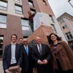 Der Geschäftsführer des Studierendenwerks Bonn steht zusammen mit dem Oberbürgermeister der Stadt Bonn für ein Pressefoto vor dem neuen Studierendenwohnheim.