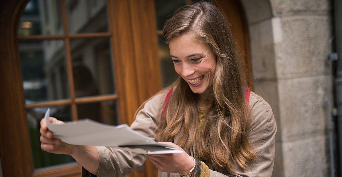 eine studentin freut sich über einen positiv beschiedenen bafög antrag.