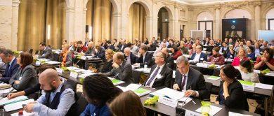 die delegierten der studierendenwerke sitzen im veranstaltungssaal der mitgliederversammlung des deutschen studentenwerks