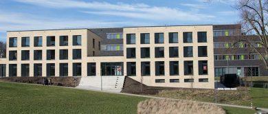 die neue wohnanlage des akafö vor dem hintergrund des campus der hochschule bochum, standort heiligenhaus