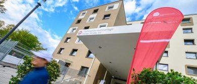 Das neu sanierte Wohnheim an der Pariser Straße in Bonn-Auerberg ist von vorne zu sehen.